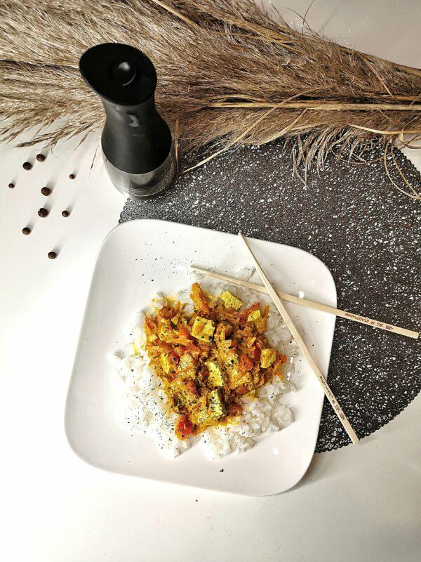 Curry z tofu i czerwoną papryką – idealne na obiad!