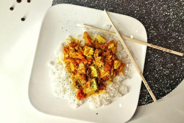 Curry z tofu i czerwoną papryką