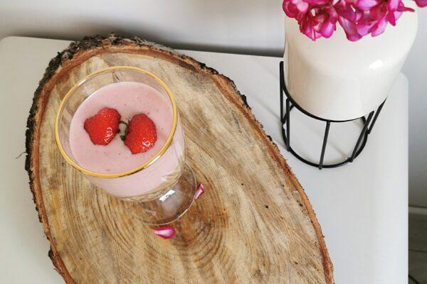 Deser z truskawkami w pucharku