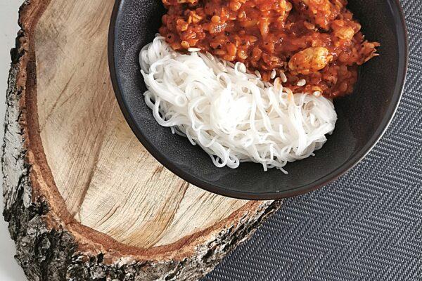 Przepis na obiad z kurczakiem i soczewicą w sosie pomidorowym