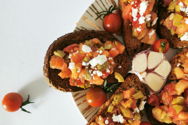 Bruschetta z pomidorami i oliwkami